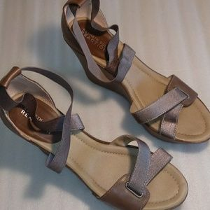 Kenneth Cole sandals size 9.5 silver